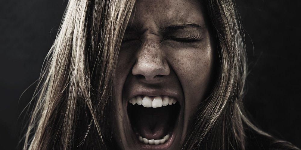 Femme qui hurle petage de plomb